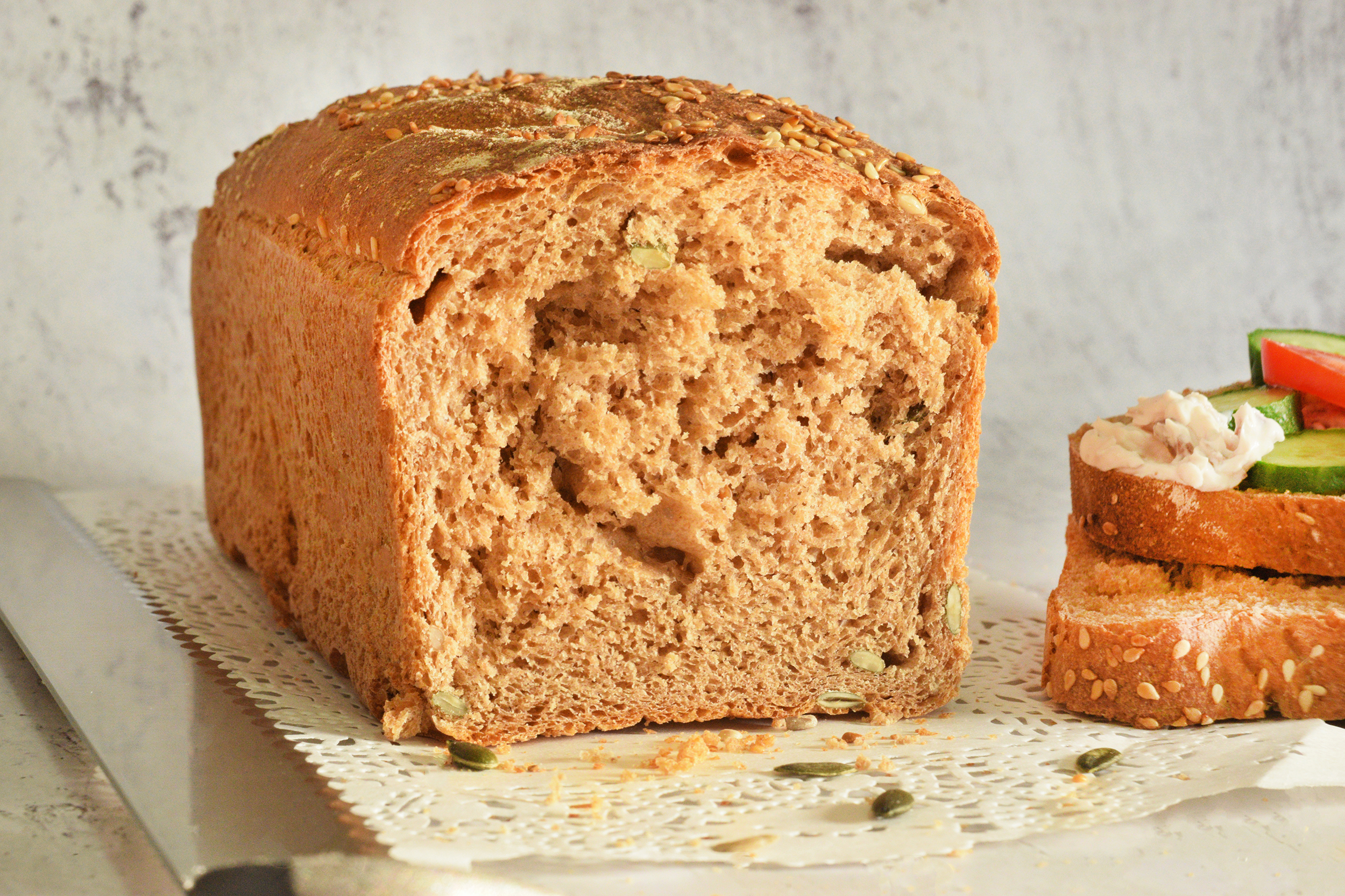 לחם מקמח כוסמין מלא עם גרעינים | צילום: ספיר דהן