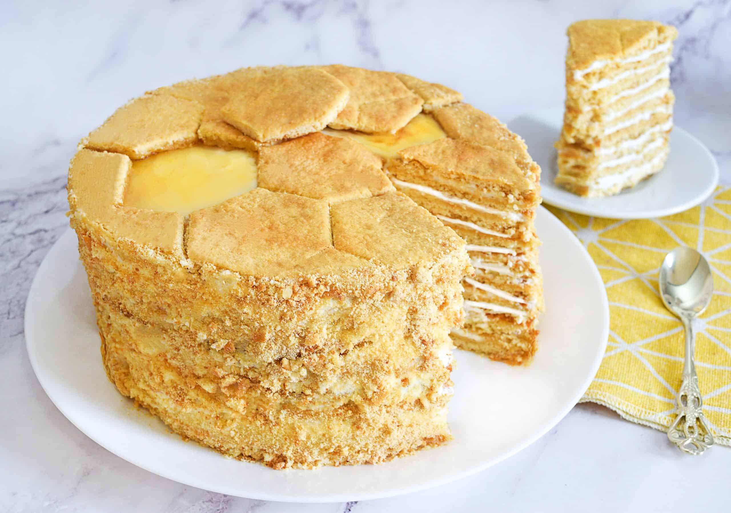 עוגת מדוביק - עוגת שכבות רוסית עם דבש ושמנת חמוצה | צילום: ספיר דהן