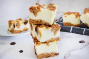 קוביות עוגת גבינה ושוקולד צ׳יפס | צילום: ספיר דהן