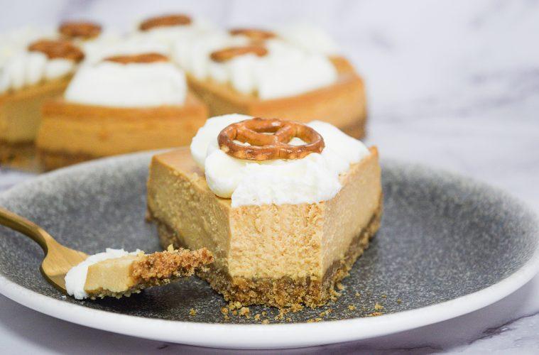 עוגת גבינה קרמל ובייגלה | צילום: ספיר דהן