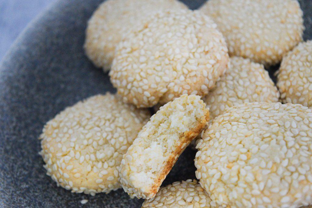 עוגיות שקדים ושומשום | צילום: ספיר דהן