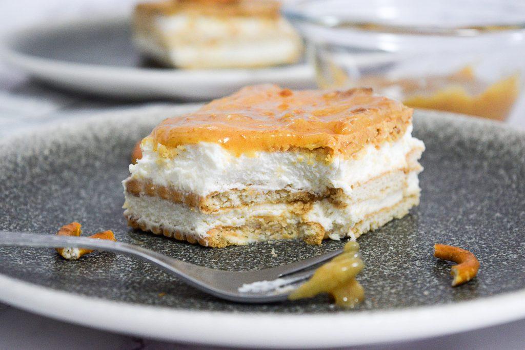 עוגת ביסקוויטים עם רוטב בייגלה מלוח | צילום: ספיר דהן